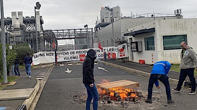 Les grévistes occupent l'entrée de la centrale pour protester contre la réforme des retraites et le projet Hercule.