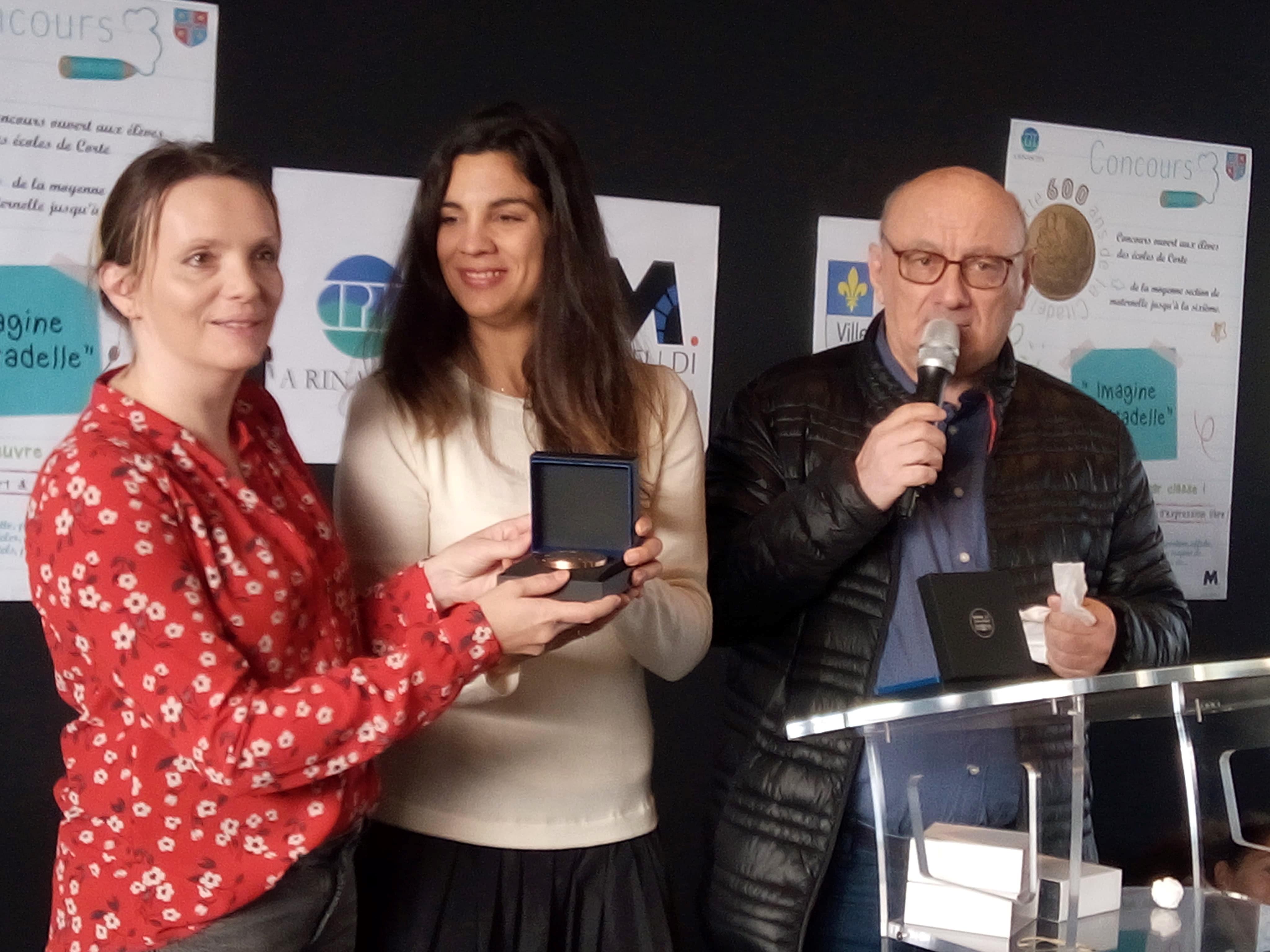 De gauche à droite : Mme Antonetti (professeur de maternelle), Céline Pietrera (coordinatrice pédagogique du CPIE) et Antoine Feracci (président du CPIE A Rinascita)
