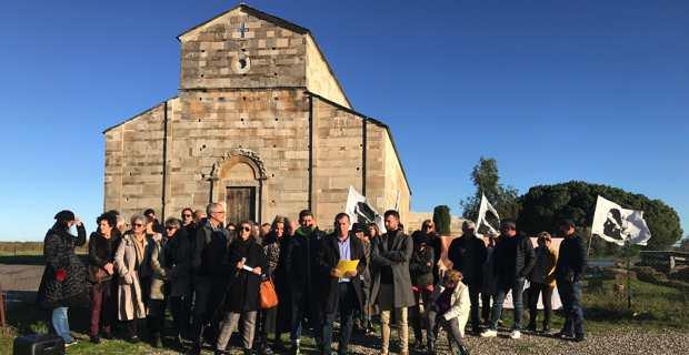 La liste Pè Furiani, conduite par Ghjuvan Filippu Antolini, devant l'église de la Canonica à Lucciana.