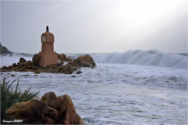 Des déferlantes impressionnantes sur la plage de la borne de la Terre Sacrée d'Ajaccio (François Quirac)