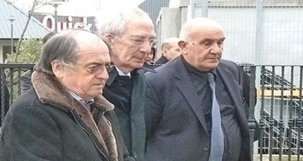 Marc Riolacci (Au centre) entre Noël Le Graet, le président de la FFF, et Pierre Antoniotti lors d'une cérémonie devant la stèle de Furiani
