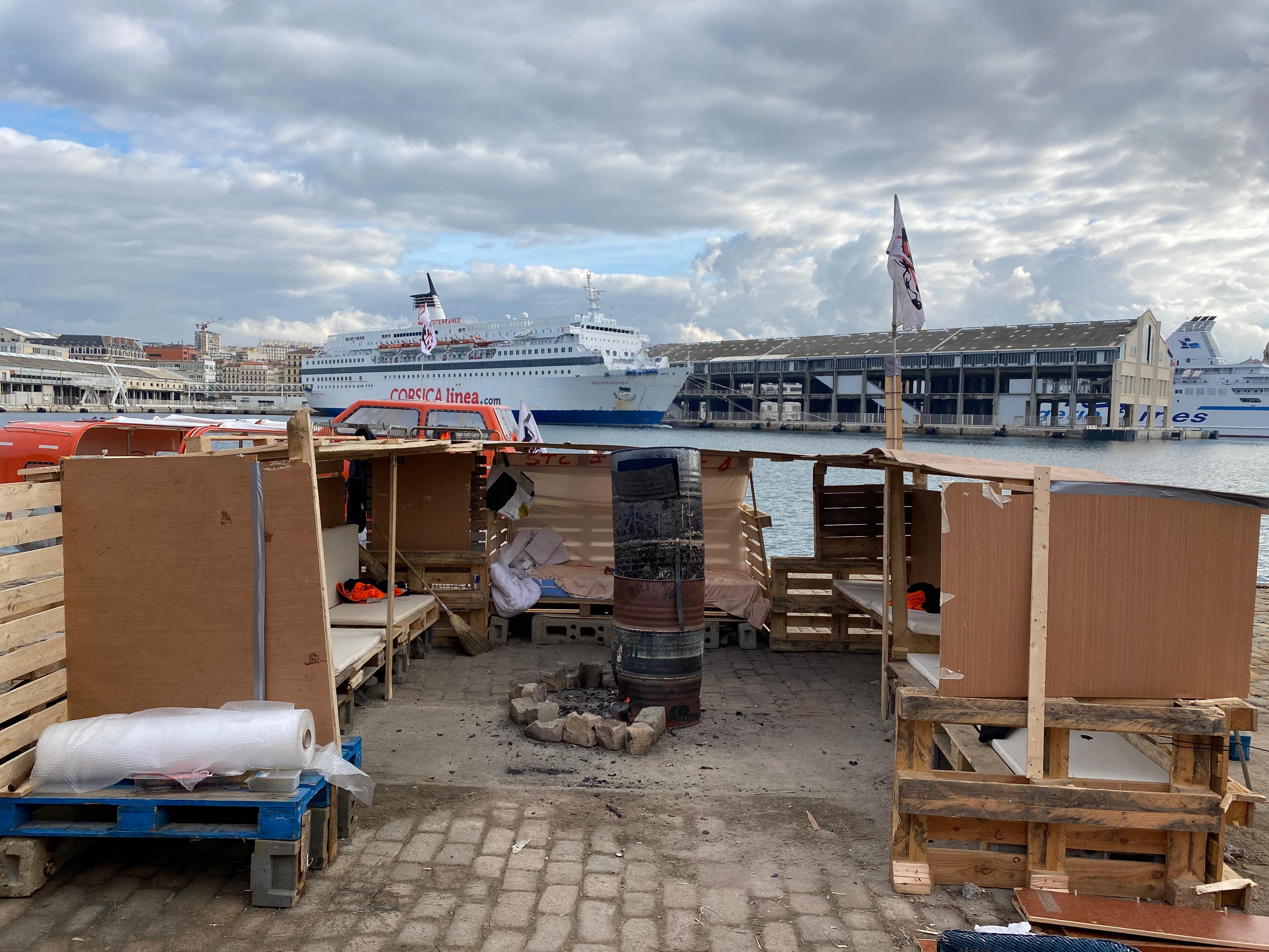Le campement de fortune du STC sur le port de Marseille