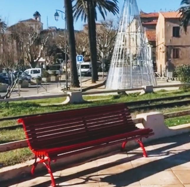 Sur «A Marinella»  de l'Ile-Rousse, un banc rouge dédié à Julie Douib