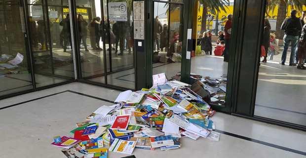 Réforme des retraites : Les enseignants déposent des livres devant l'inspection académique à Bastia