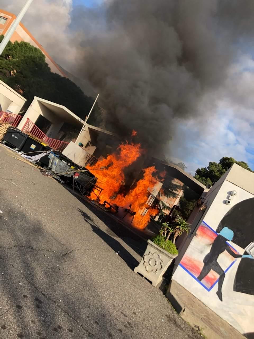 Feu de poubelle devant l'entrée du lycée Giocante de Bastia