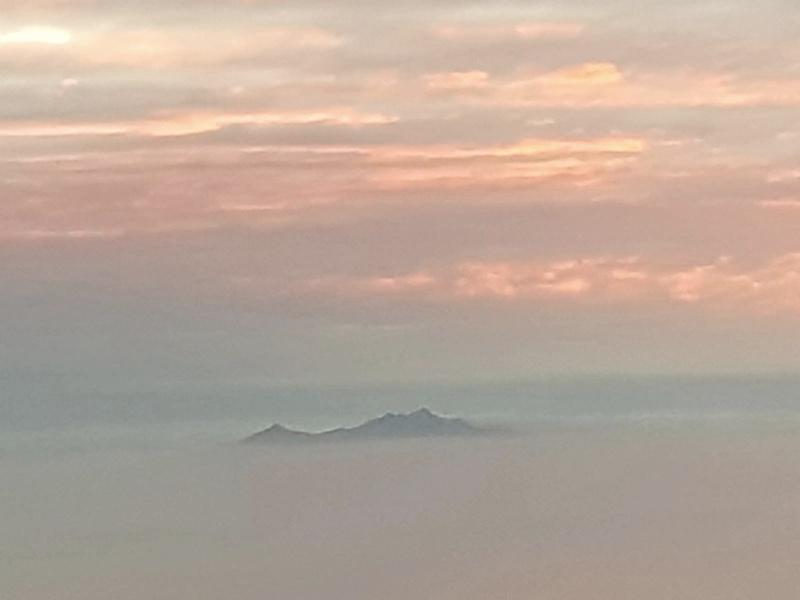 La photo du jour : L'île d'Elbe émerge au dessus d'une mer de nuages