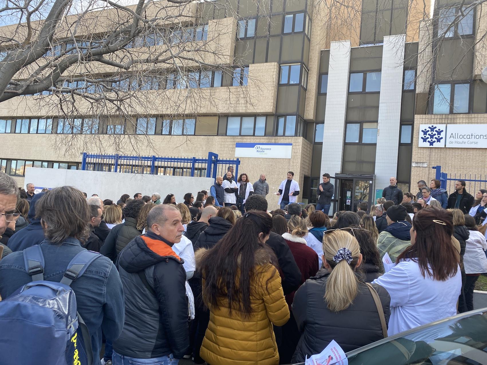 Le collectif des infirmiers libéraux corses s'est rassemblé devant la CPAM de Bastia pour protester contre une nouvelle mesure de l'Etat.