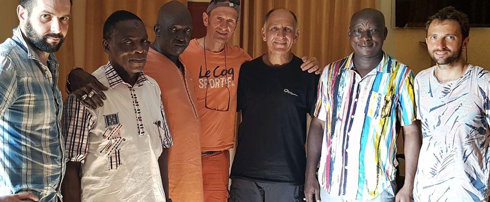 Didier Martin-Castagno (au centre, tee shirt orange) avec Abou Samake (chemise rayée) et des membres de l'association