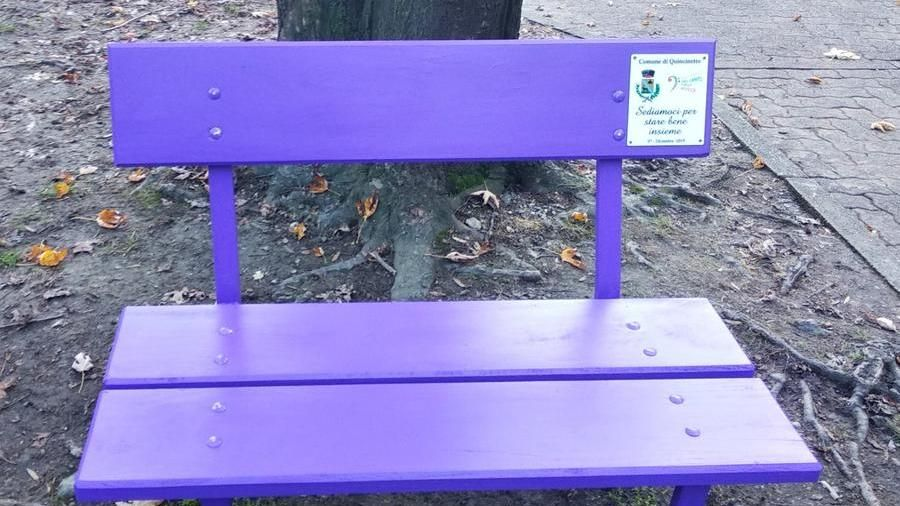 Le banc violet de la gentillesse (https://www.lastampa.it/)