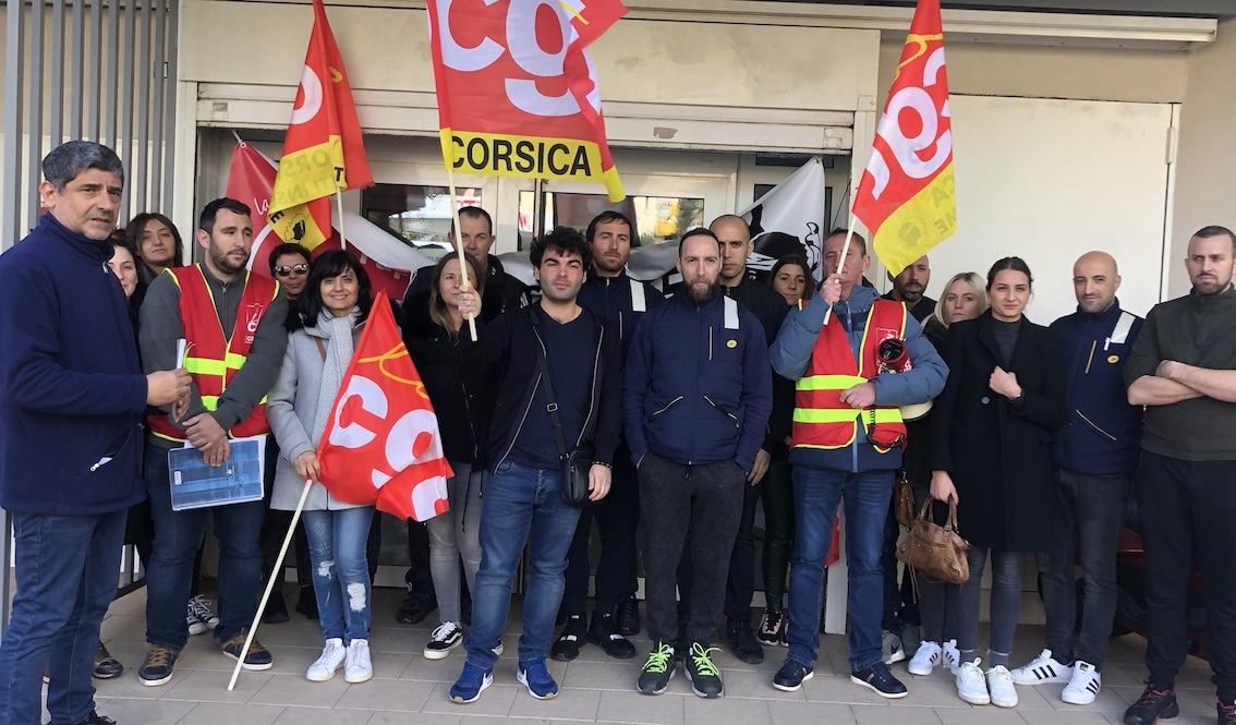 Les agents de la Poste se sont rassemblés devant les locaux de la direction de Haute-Corse pour soutenir leurs collègue en contrat à duré déterminée.
