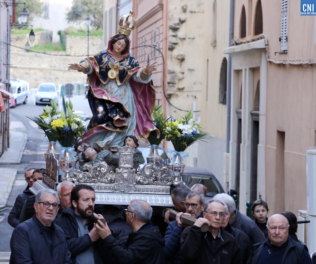 A Madunuccia quittant l'égliseSaint-Erasme (Photos Michel Luccioni)