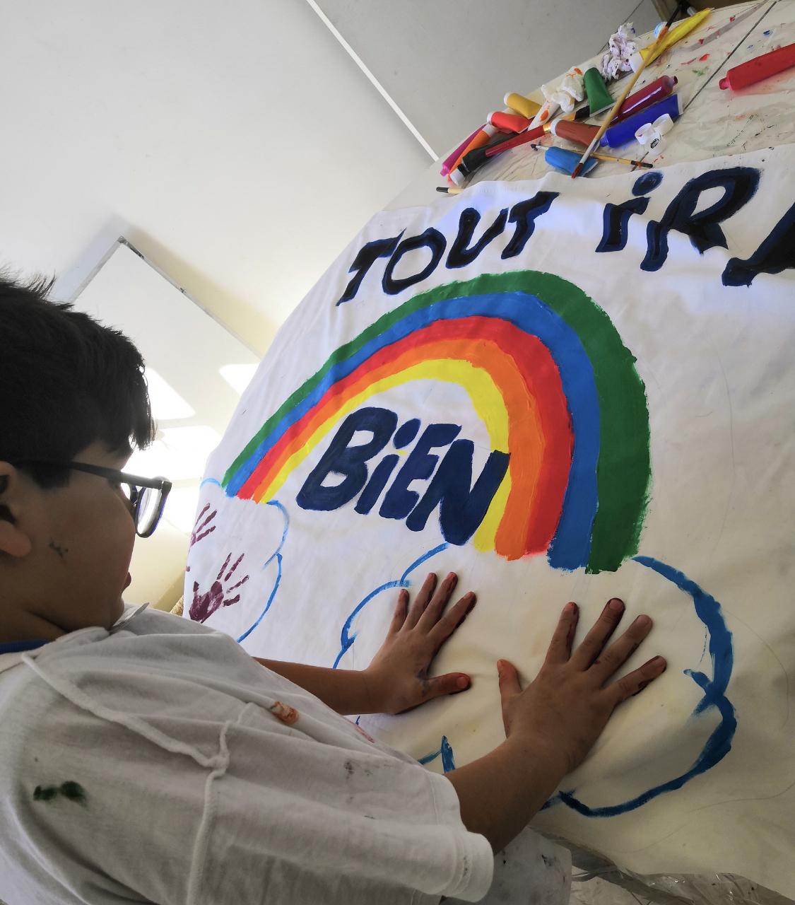 """Photo Elisabeth Araya de Calvi qui lance une idée : de faire faire aux enfants des dessins """"tout ira bien"""" pour ensuite les accrocher à nos fenêtres. Un message positif et d'espoir. Merci Elisabet"""