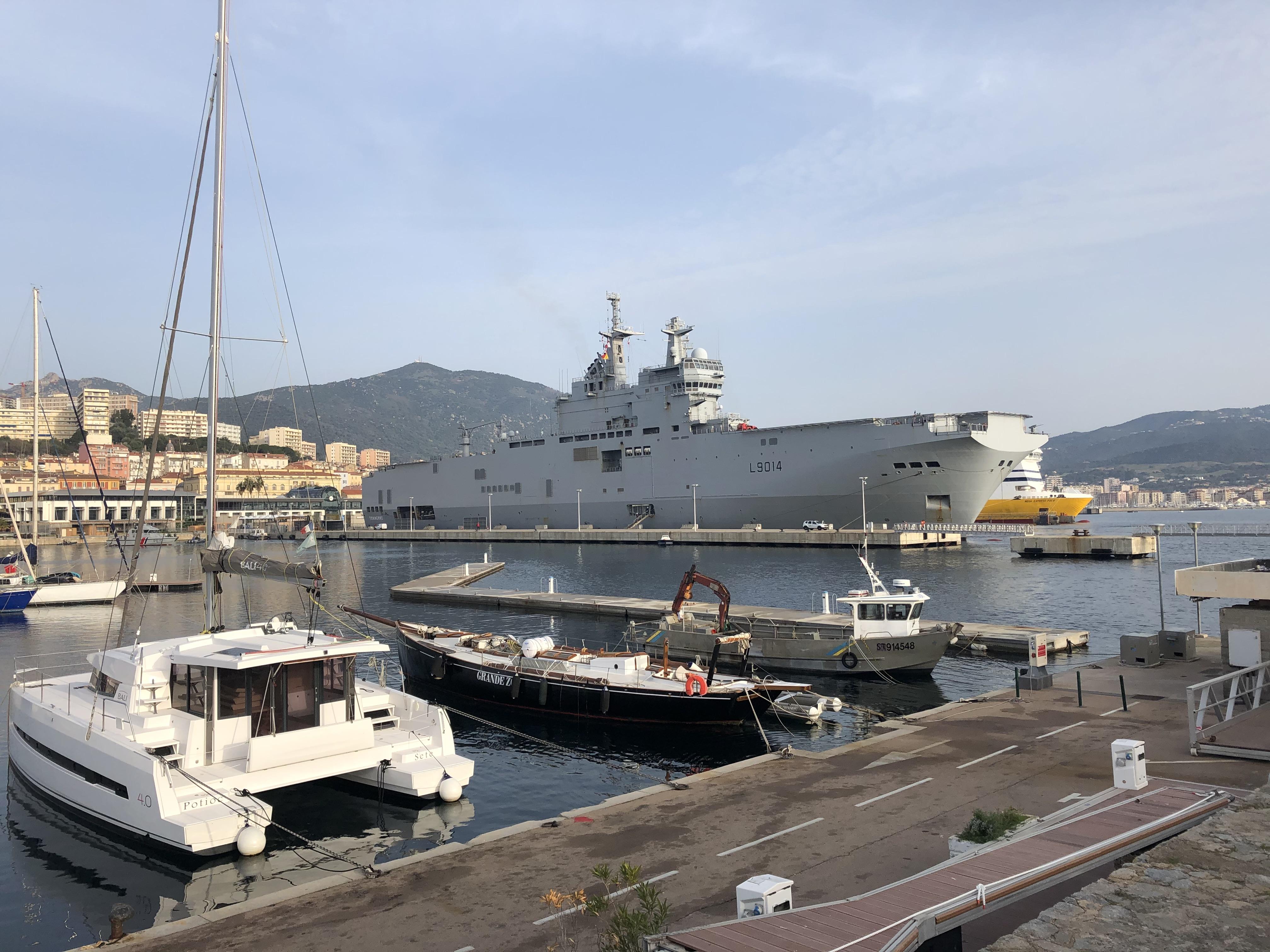 """Coronavirus : le """"Tonnerre"""" est arrivé à Ajaccio pour évacuer des malades"""