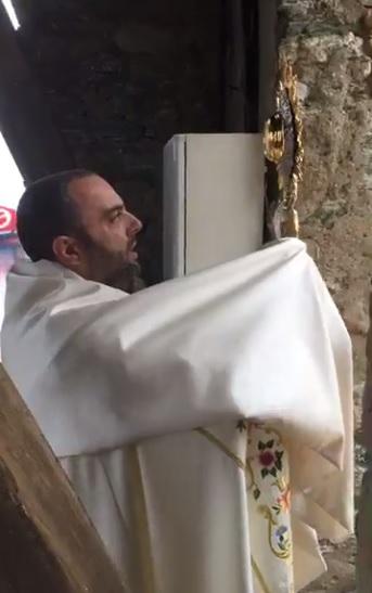 Le Père Georges Nicoli prie au quoditien en direct sur son FB à l'intention des fidèles.
