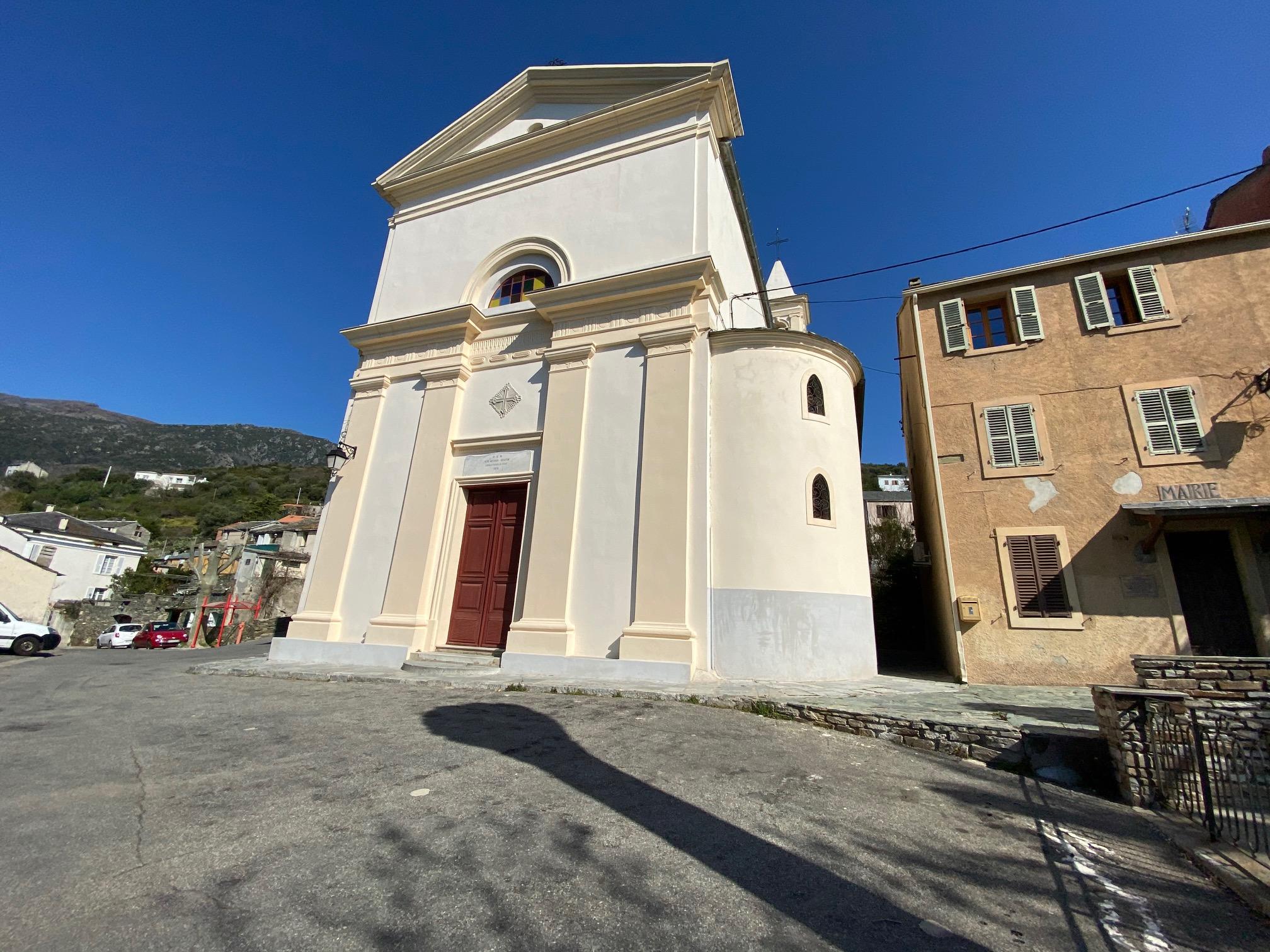 Portes closes et place de l'église déserte…