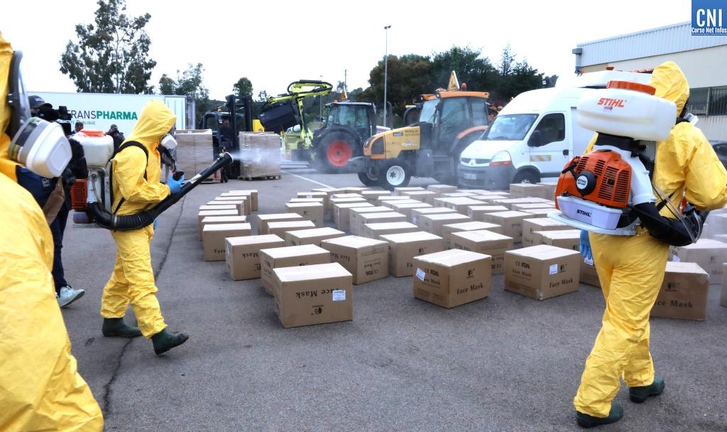 La désinfection des cartons par les agents de la Collectivité de Corse. Photo Michel Luccioni