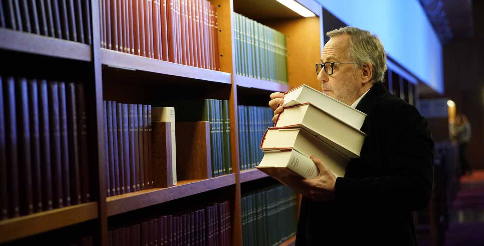 Fabrice Luchini fait des réserves en prévision du confinement © Gaumont