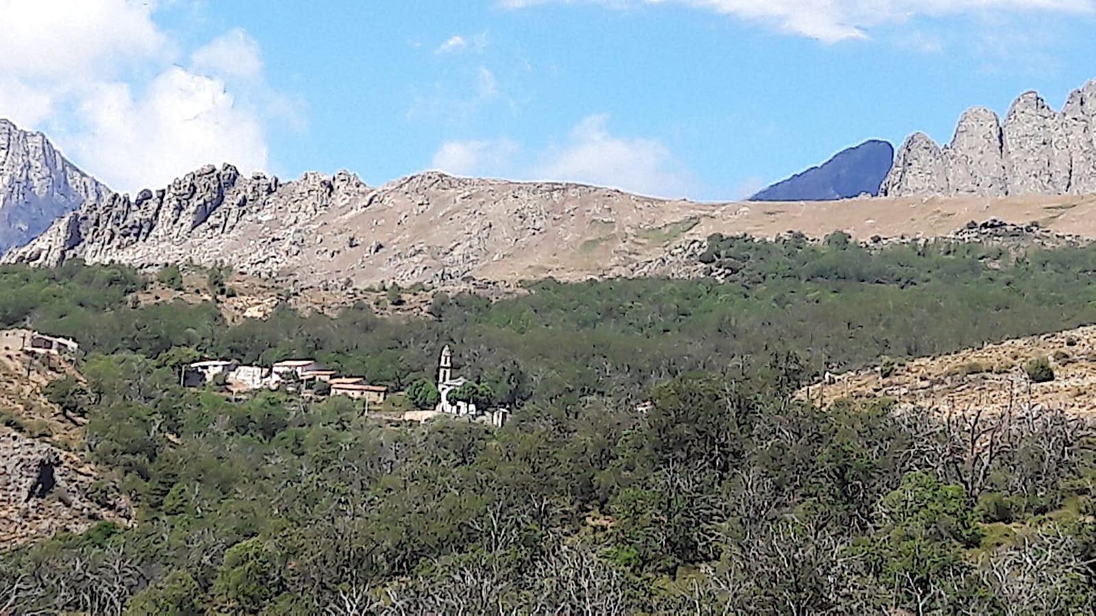 La photo du jour : Poghju-di-Lozzi, son clocher, le Paglia Orba, et les Cinque Frati