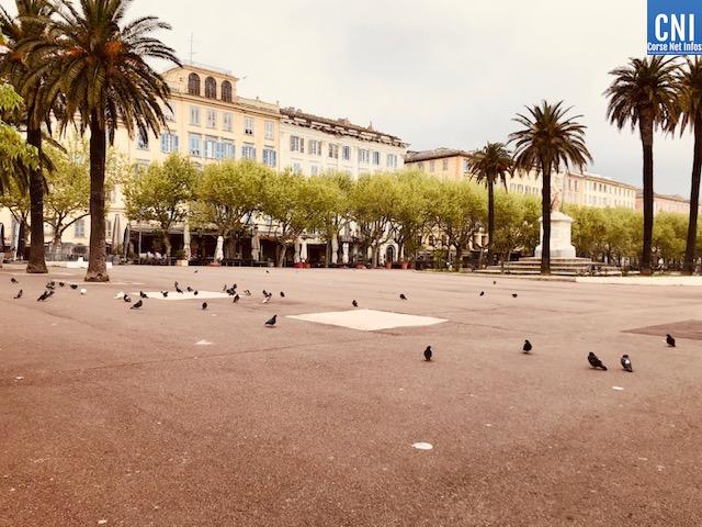 La place Saint-Nicolas : seuls les pigeons…(Photos Jean-Marc Eric Mimouni)