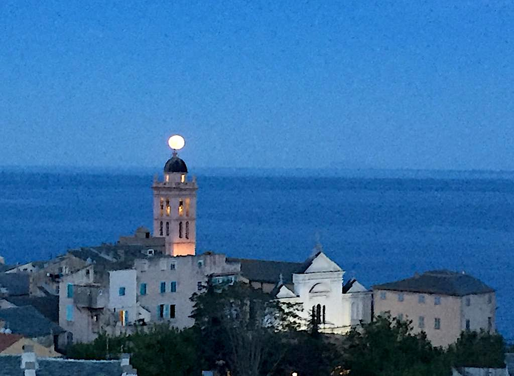 La Super Lune comme un point sur i, sur le clocher de Sainte-Marie