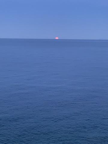 La super lune surgit. Photo  Gamonet Christine