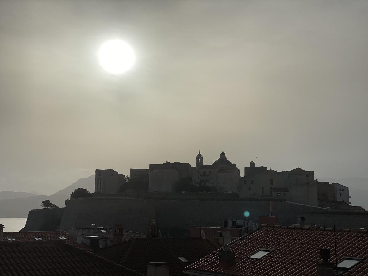 Ciel voilé sur la citadelle de Calvi. (Photo Francesca)