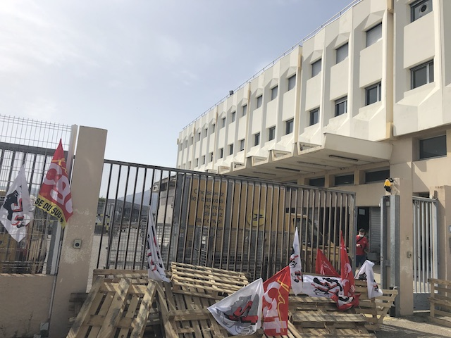 Le centre de tri d'Ajaccio était bloqué depuis mercredi 13 mai. Il a été débloqué ce matin grâce à un accord trouvé entre l'intersyndicale et la direction de La Poste.   Photo Michel Luccioni