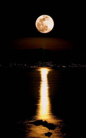 Full moon à Ajaccio. Photo : Pascal  LE DERVOUËT