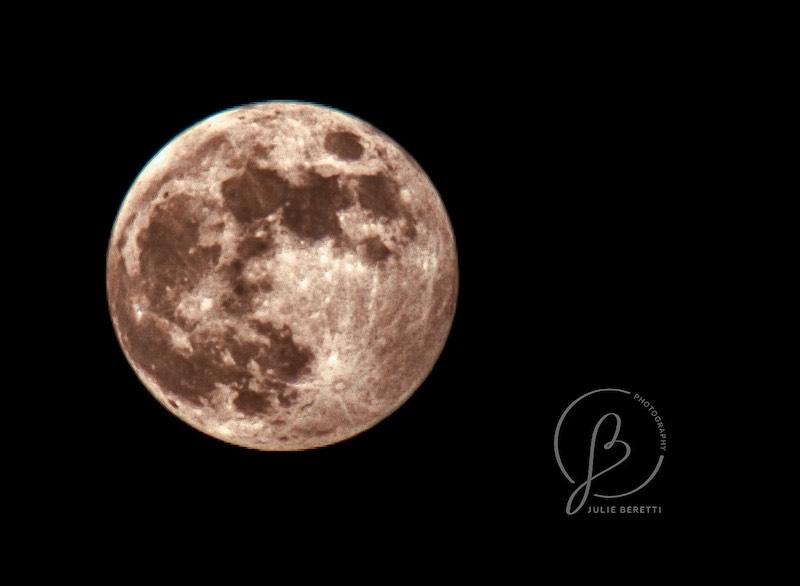 Julie Beretti a photographié la Lune des Fraises depuis l'Alta Rocca
