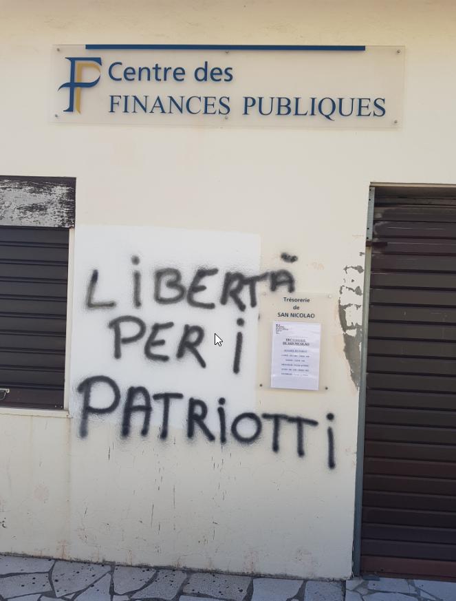 À Cervioni, des tags inscrits sur la façade de la trésorerie