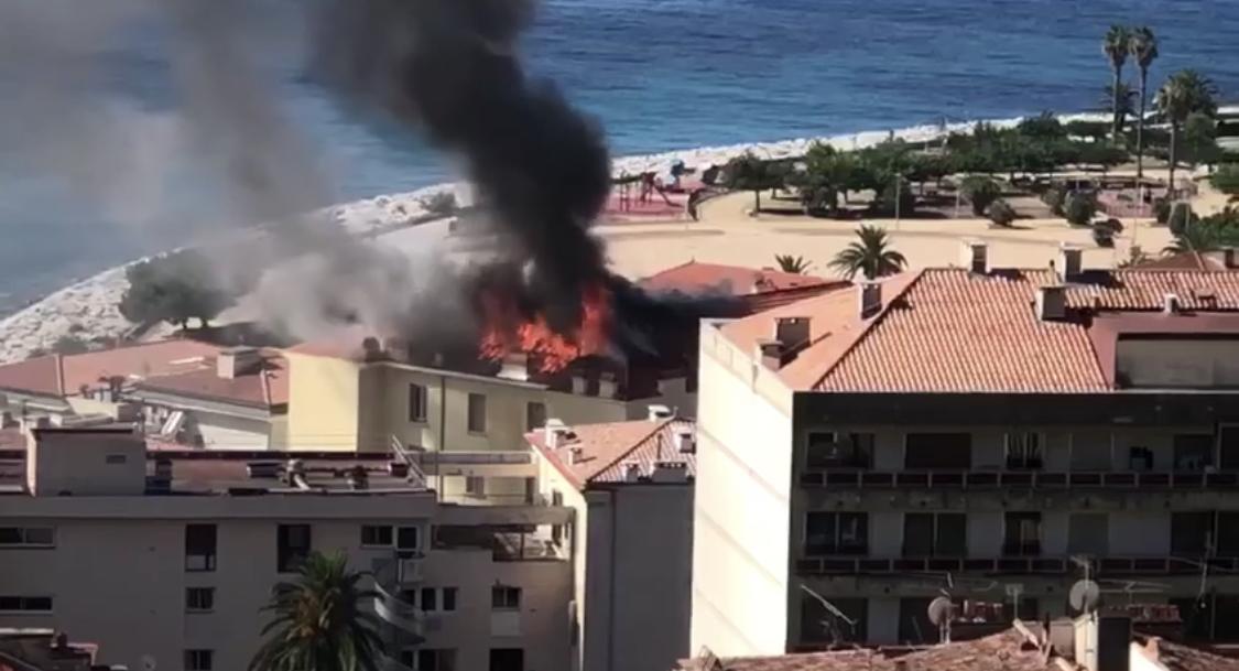 VIDÉO - Ajaccio : un incendie en cours dans un immeuble en centre-ville