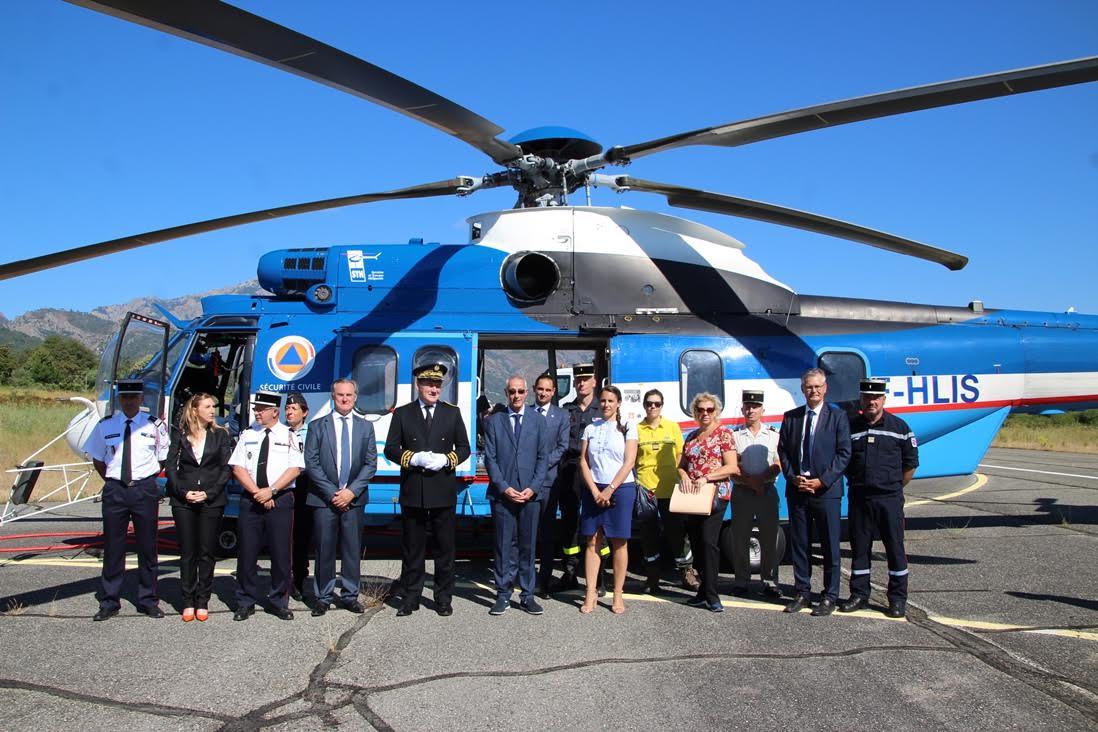 Pose devant l'hélicoptère bombardier d'eau lourd EC-225.