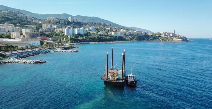 Barge mise à poste pour les investigations sous-marines au large de la Ville.