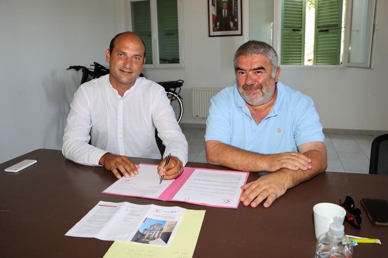 Signature de la convention par Barthélèmy Colombani, délégué régional de la Fondation Patrimoine de Corse