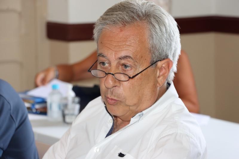 Ange Santini attentif à l'intervention de FRançoise Tapias