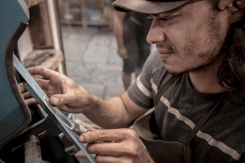Polissage de la lame du couteau (Reportage photos Eyefinity Prod / Kévin Guizol