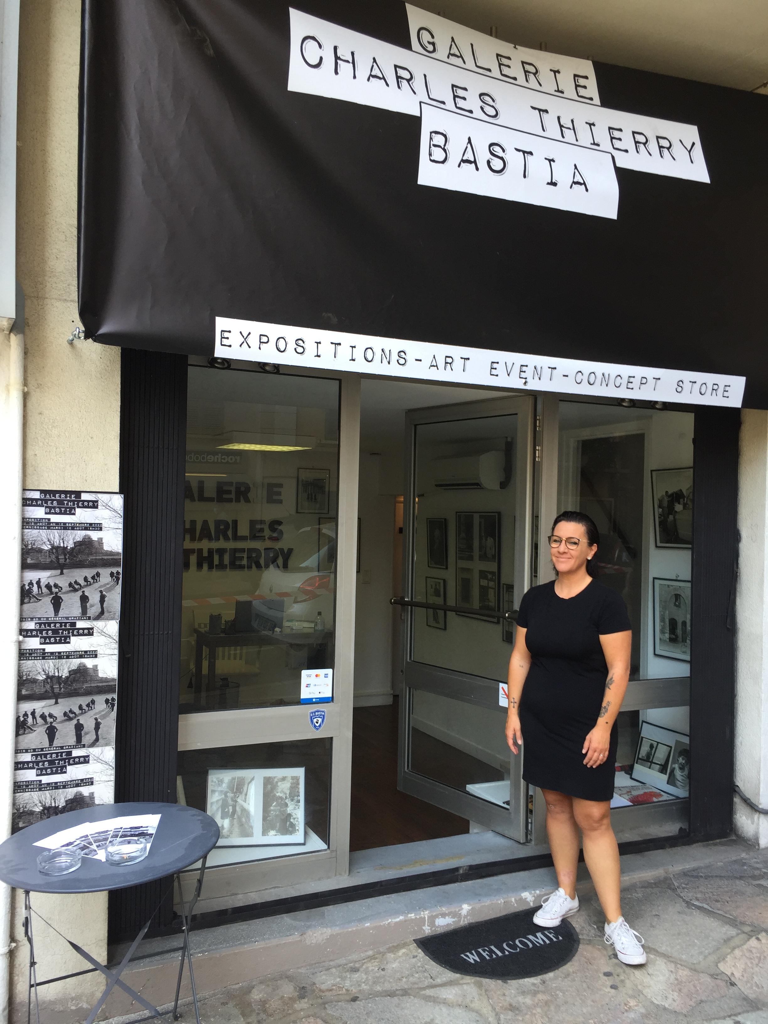 Alexandrine Raison devant la galerie qu'elle tient avec Alexandre Santerian