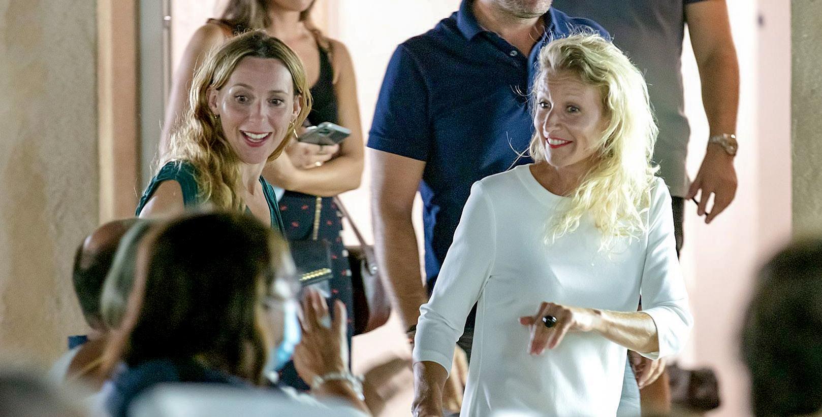 Méliane Marcaggi et Alexandra Lamy accueillies par le public du Fogata © Novellart-2B