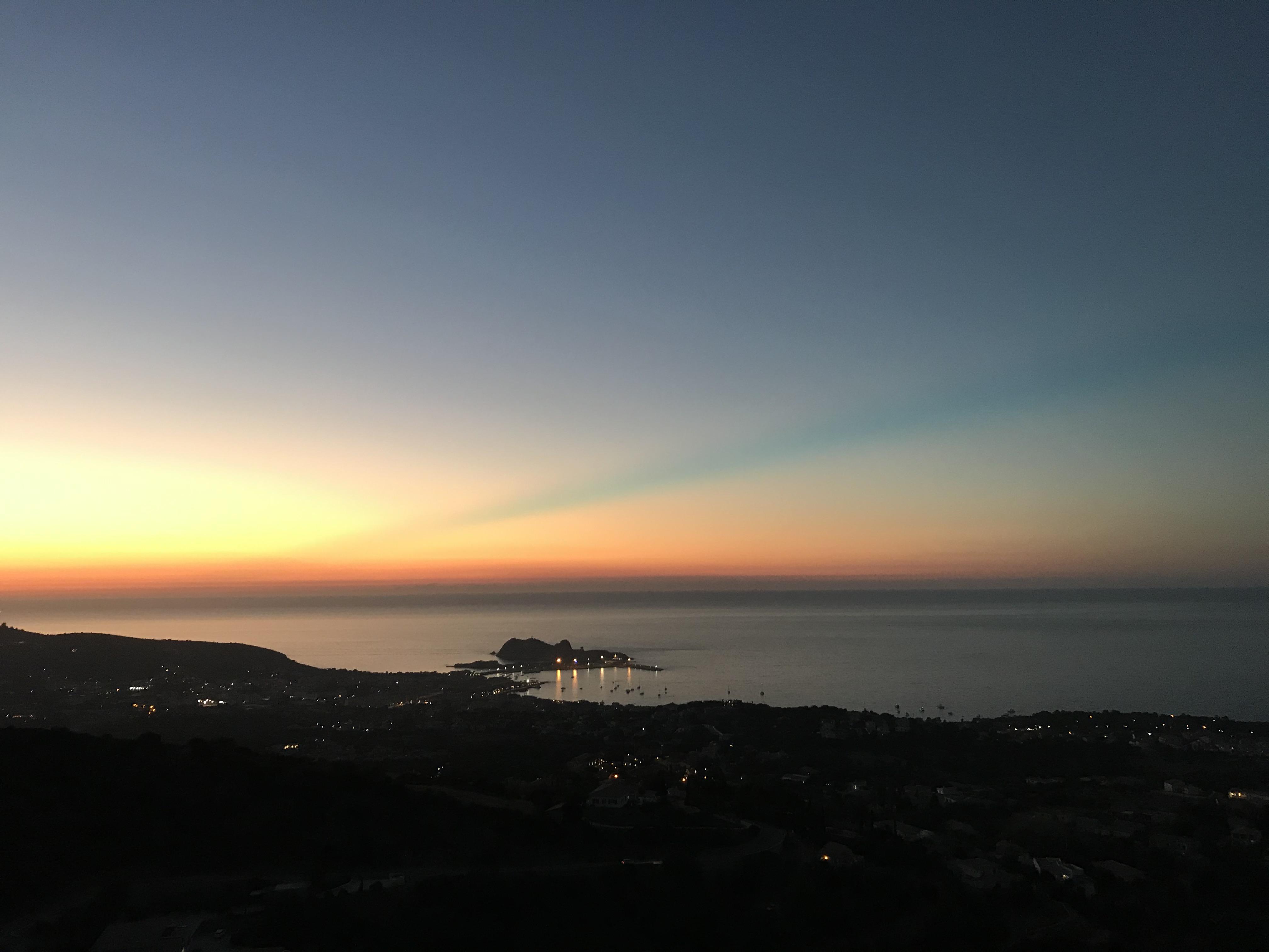Trait bleu dans le ciel de Lisula : éclairez notre lecteur