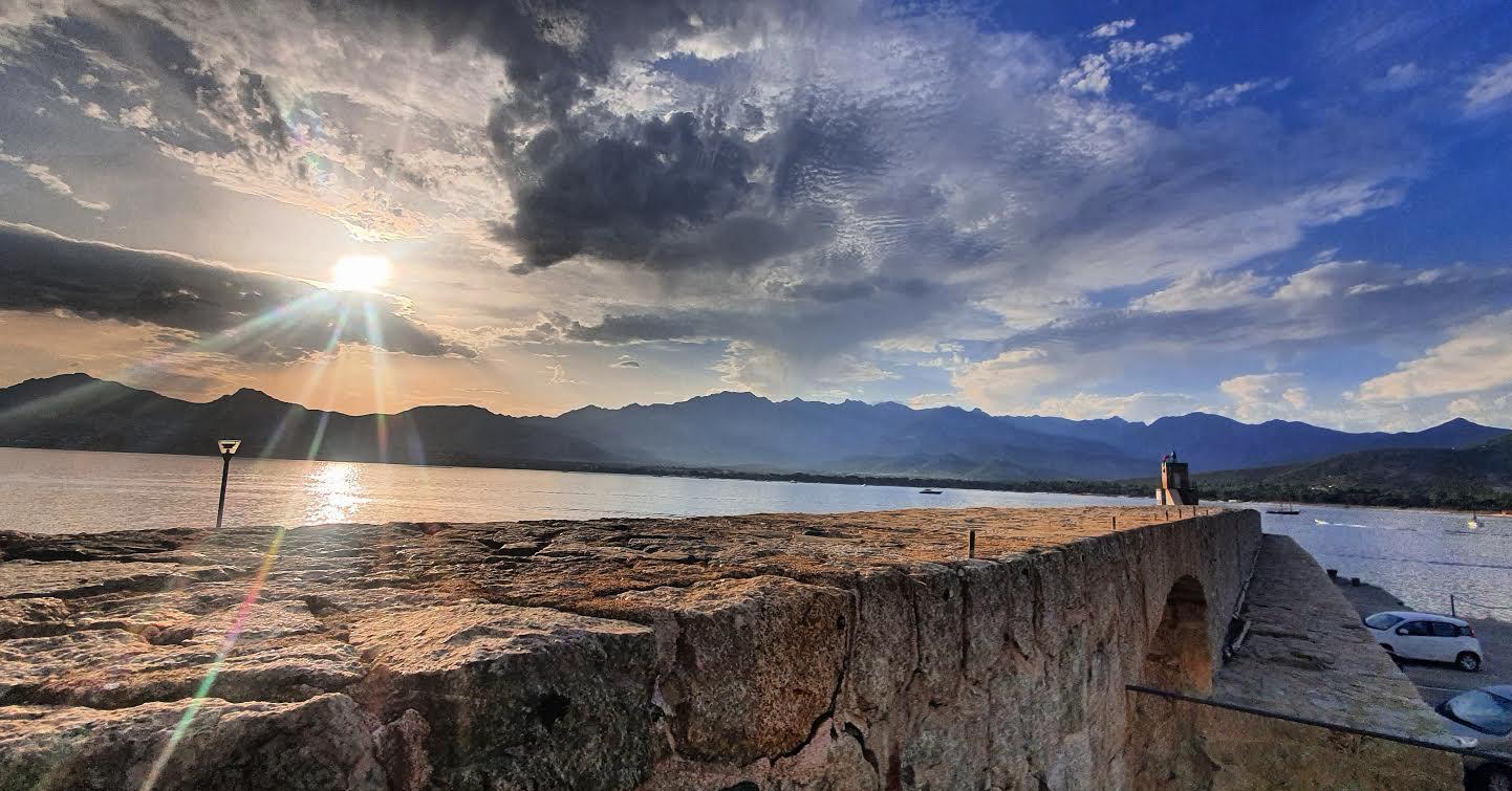 La photo du jour : le Montegrossu vu du port de Calvi