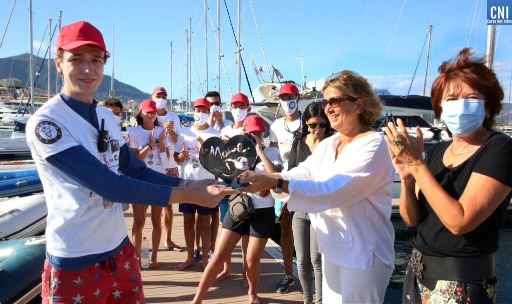 Catherine Riera remet le cœur d'or de la Marie Do à Vincent Brutschi, président de Med' in Corse (Photo Michel Luccioni)