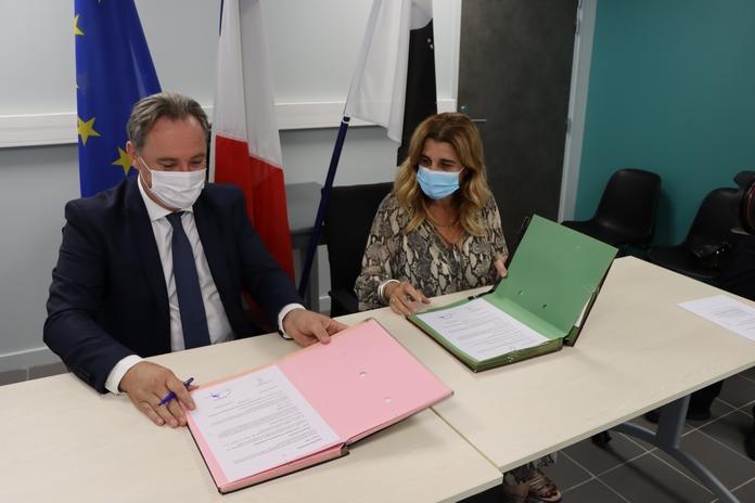 La signature de la convention entre Angèle Bastiani et Guy Armanet
