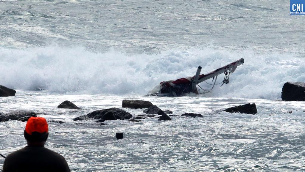 """Ce qu'il reste du """"Be Bop"""" brisé sur la côte à Porticcio (Photo Michel Luccioni)"""