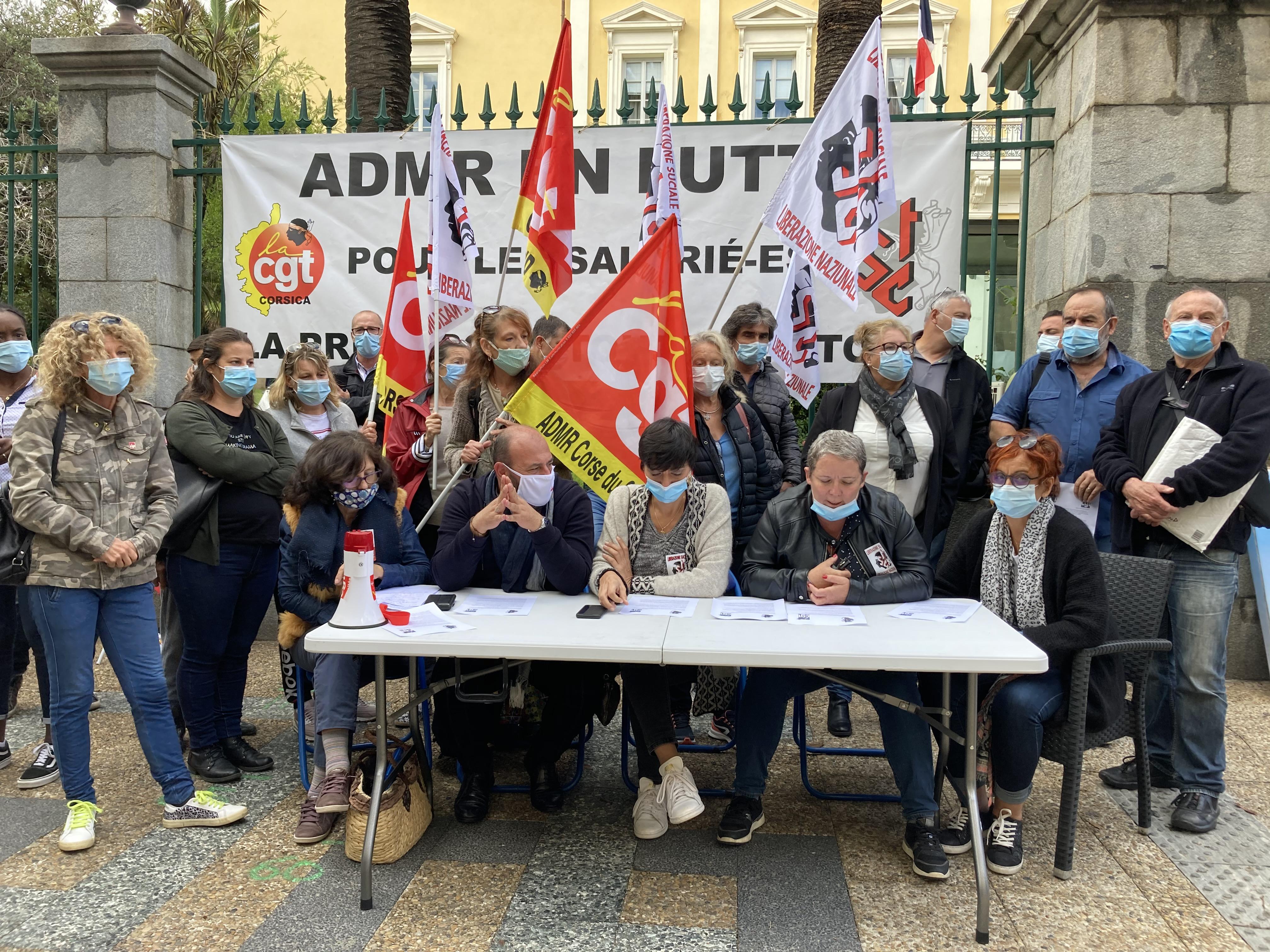 Conférence de presse de la CGT et du STC ADMR devant la préfecture, à Ajaccio.