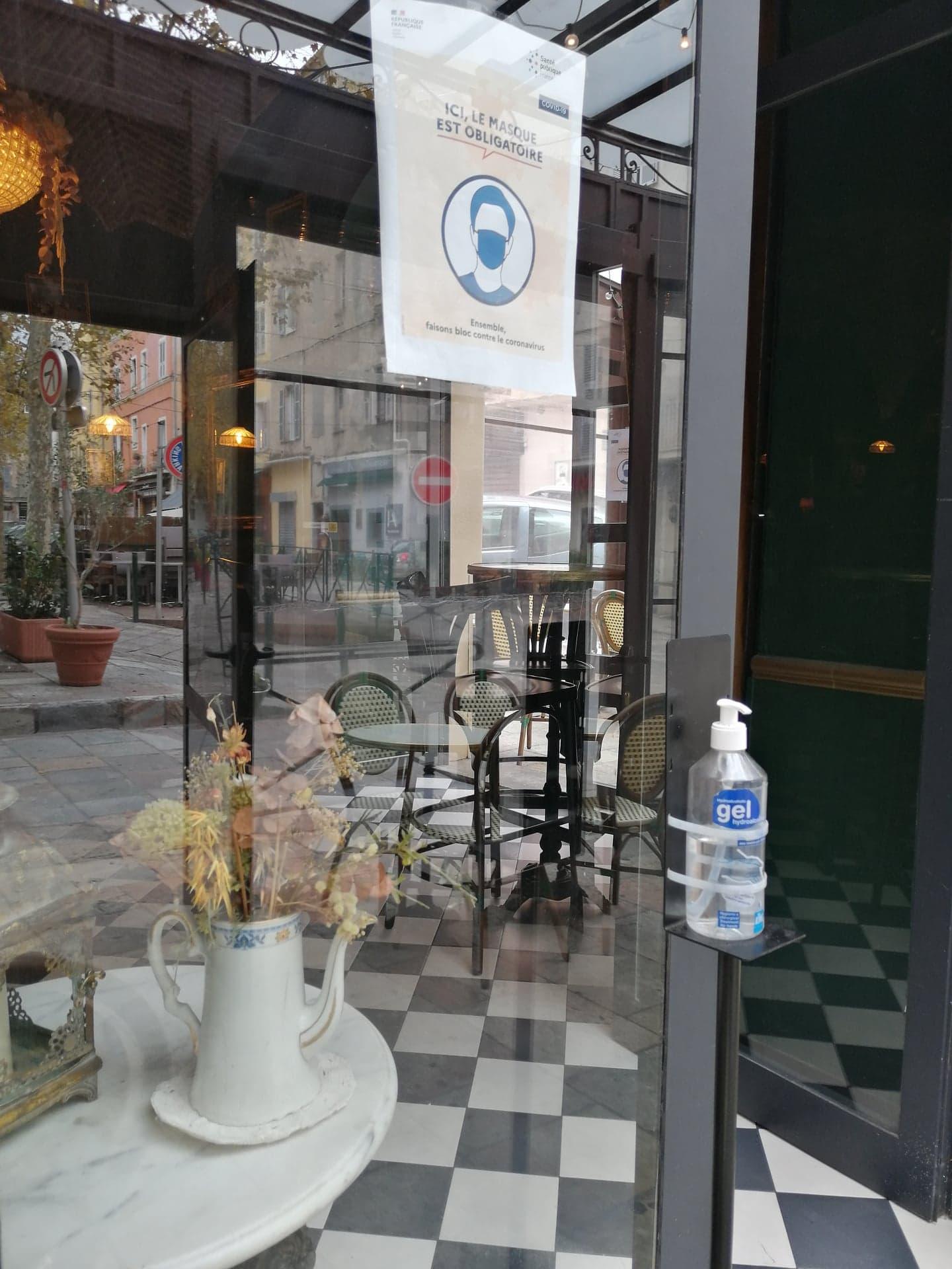 Au Café des Intimes, sur la place du marché à Bastia, tout est mis en oeuvre pour respecter le protocole sanitaire en vigueur.