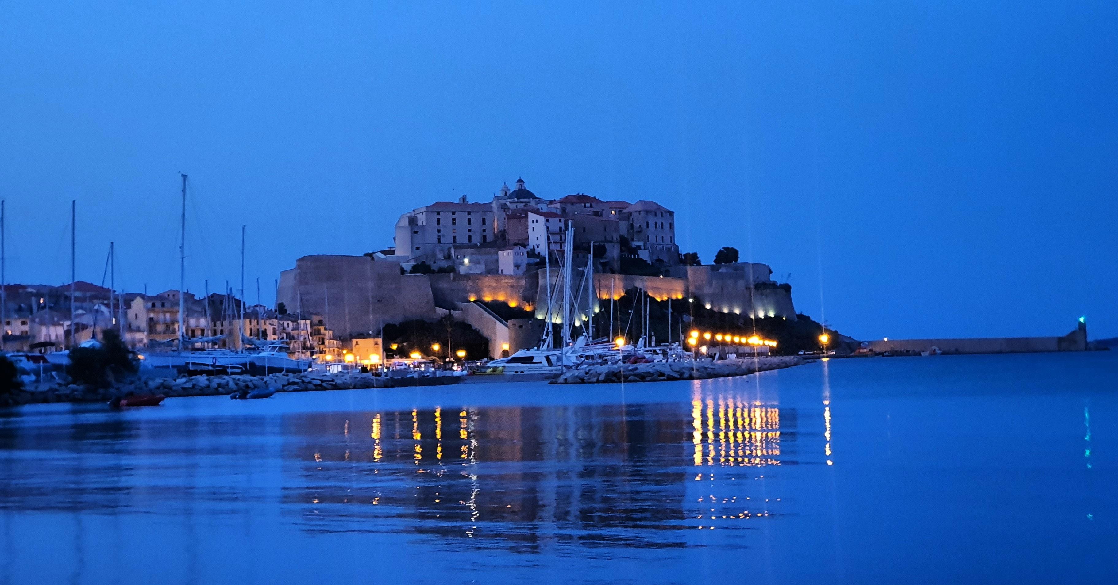 La photo du jour : la citadelle de Calvi dans la lumière
