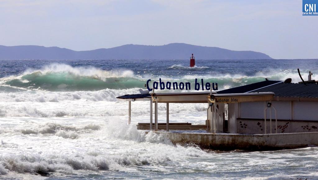 D'impressionnantes vagues ont déferlé ce samedi matin sur le littoral ajaccien