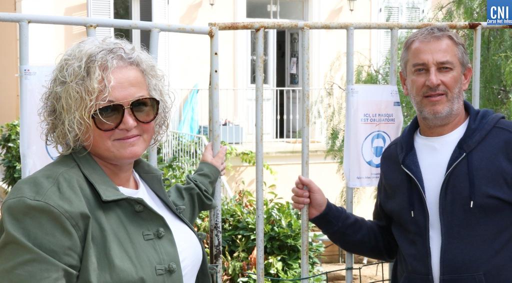 Vanina et Jean-Nicolas, devant l'école de leurs enfants.