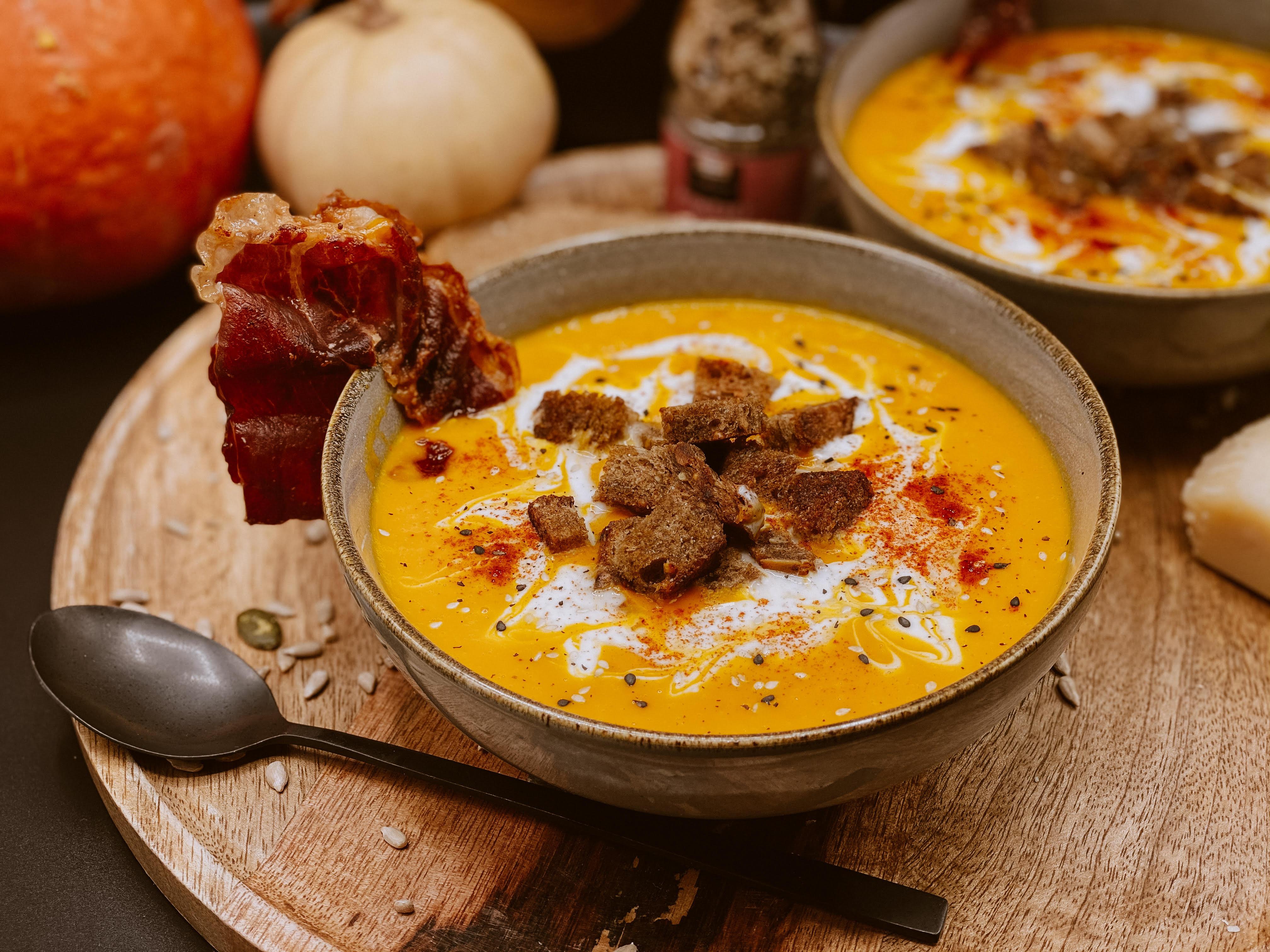 Soupe de potimarron, lait de coco, croûton à l'huile d'olive et chips de prisutu