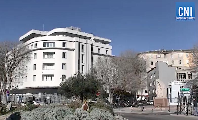 Les drapeaux en berne à Bastia suite à l'attentat de Conflans-Sainte-Honorine